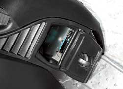 С багажниками у мотонарт негусто– кофр позади сиденья и бардачок уноги водителя.