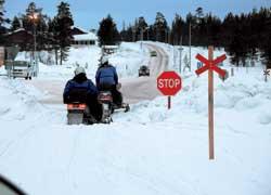 Снегоход способен легко двигаться в общем потоке транспорта – был бы снег надороге. Но ни в одной стране Европы это не разрешается. В населенных пунктах для снегоходов есть свои «трассы».