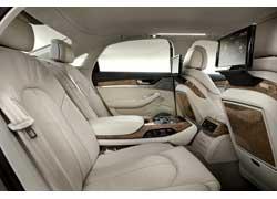 С роскошного заднего дивана можно даже регулировать положение переднего пассажирского сиденья (опция). Климат-контроль – четырехзонный.