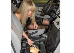 Под передним пассажирским сиденьем есть довольно объемный тайник.