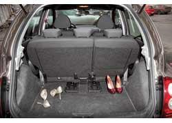 Даже при максимально отодвинутом назад сиденье галерки объем багажника достаточно большой по сравнению с «одноклассниками» – 251 л, а если сдвинуть вперед задний диван,  он увеличится на целых 120 л!