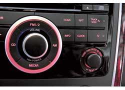 И кто додумался спрятать кнопку среди точно таких же, ноуправляющих функциями аудиосистемы? С ходу поменять показания маршрутного