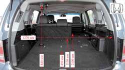 Пол багажника в Honda слишком наклонен наружу. Отсек глубокий и тянуться за ручками, чтобы поднять 3-й ряд, далеко.