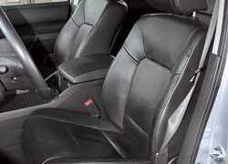 Сидеть за рулем удобно. Наиболее мягкие кресла в Pilot, и над головой места больше. Посадка и высадка легкие и в поворотах кресла держат неплохо.