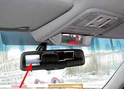В арсенале Honda нетолько передний и задний парктроники, но также камера заднего вида. Засидящими сзади можно наблюдать через открывающееся зеркальце, под ним – бокс дляочков.
