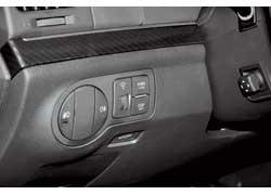 Дверь багажника, как и в Pilot, можнооткрыть и закрыть, не вставая из-за руля. Авот саму баранку отрегулировать при помощи электропривода позволяет только ix55.