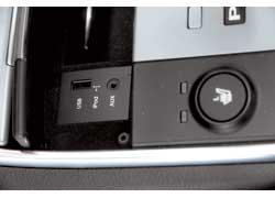 Разъемы для внешних носителей музыки в ix55 находятся буквально подцентральной консолью саудиосистемой.