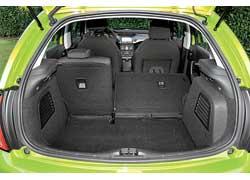 Багажник объемом 300 литров большой, но на этом его плюсы заканчиваются. Под полом, традиционно для Европы, нет запаски.