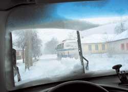 Перестроение– самый опасный маневр вусловиях снегопада: есть риск попасть в занос или незаметить соседей попотоку.