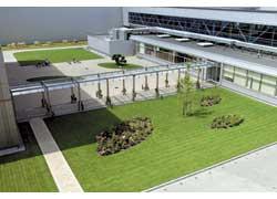 Ландшафтный дизайн завода не уступает оформлению территорий курортных гостиниц.
