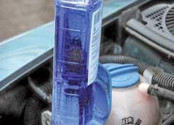 В бачок омывателя следует заливать незамерзающую жидкость с запасом температуры замерзания 10–20°С. В противном случае из подаваемой жидкости спирт будет очень быстро испаряться, а стекло мутнеть из-за замерзания на нем воды, входящей всостав «незамерзаек».