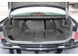 Увеличить багажник, сложив задние сиденья, можно вобеих машинах, хотя функциональность Accord ухудшает более узкий доступ в салон.
