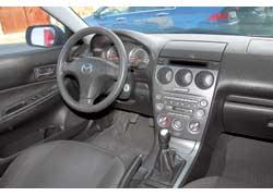 На фоне Accord салон «шестерки» с трехспицевым рулем, круглыми элементами щитка приборов ицентральной консолью, окрашенной подалюминий, смотрится более ярко идинамично.