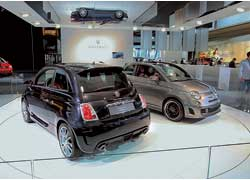 Fiat 500 Abarth (слева) иконцептуальный электромобиль Fiat 500 BEV.