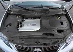Все, кроме крышки мотора и горловин технических жидкостей, закрыто пластиком, ведь вольтаж силовой установки составляет 650 В.