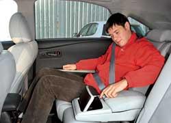Задний диван регулируется в продольном направлении, атакже изменяется наклон спинки.
