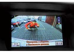 Изображение камеры, установленной в корме, как и боковой, показывает водителю безопасную траекторию.