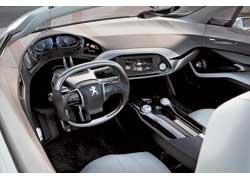 Дверная карта, панель приборов и развернутая центральная консоль буквально обволакивают водителя.