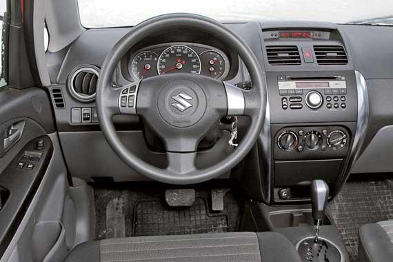 Скромный, на первый взгляд, интерьер качественный и добротно собран. И пусть в нашей машине нет климат-контроля, пользоваться крупными вращающимися ручками кондиционера удобно.