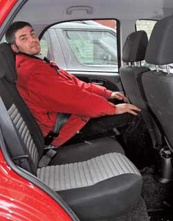 При скромных габаритах самой машины и небольшой колесной базе сзади места хватает как для ног, такинад головой.