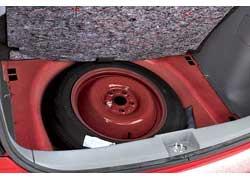 Под полом багажника – «докатка». Полноценное запасное колесо «съело» бы место ив без того небольшом отсеке.