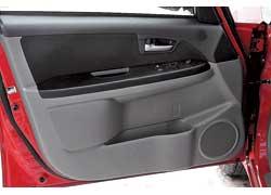 В тестируемой машине электрические приводы имеют только окна передних дверей.