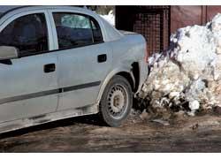 Если дорога находится между территориями, за которые ответственны разные организации, ее уборкой обычно никто незанимается.