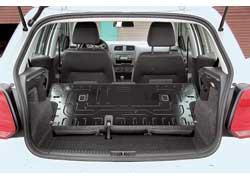 Вместительность багажника и возможности трансформации – не самая сильная сторона Polo. Объем 280 литров – обычный для класса. В версии Trendline спинка заднего сиденья складывается целиком. Раздельная предлагается за доплату.