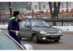Ныне работники ГАИ останавливают и привлекают к ответственности даже за езду снепристегнутым ремнем безопасности иразговоры за рулем по мобилке.