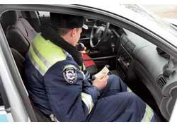 Перед составлением протокола автоинспекторы, связавшись порации с дежурным ГАИ, проверяют нарушителя по имеющимся базам данных на наличие других штрафов, лишение права управления, нахождение авто в розыске и пр.