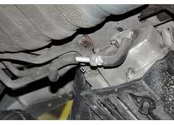 Трубки системы кондиционирования, расположенные под задней правой колесной аркой, со временем ржавеют и теряют герметичность.