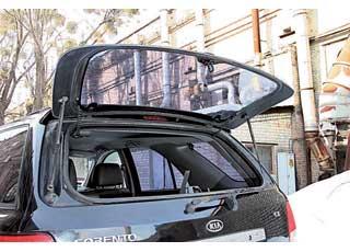 Отдельно открывающееся заднее стекло позволяет забросить в багажник легкую поклажу или перевезти длинномеры, не помещающиеся внутри машины, выпустив их наружу.