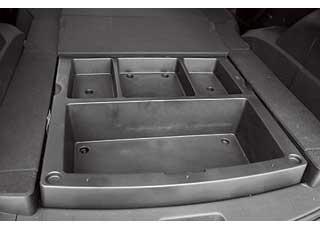 Большая погрузочная высота багажника обусловлена рамной конструкцией. Понравился практичный пластиковый набор отсеков в подполье.