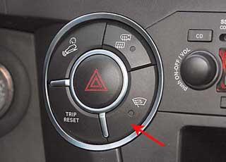 Система помощи при спуске с горы HDC активируется кнопкой нацентральной консоли.