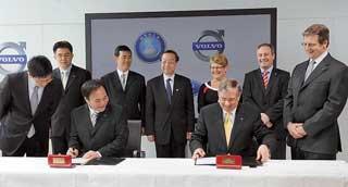 Китайская компания Zhejiang Geely Holding Group Co. Ltd и американский автогигант Ford Motor Co наконец подписали договор о продаже контрольного пакета акций Volvo Cars.