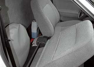 Запаска вчехле находится за откидной спинкой кресла пассажира. Рядом найдется место длянебольшой сумки иинструментов.