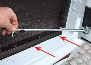 Задние двери фиксируются воткрытом положении Г-образным стержнем.