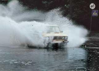 Встречный транспорт «на фарватере» представляет опасность – его волна может захлестнуть вашу машину.