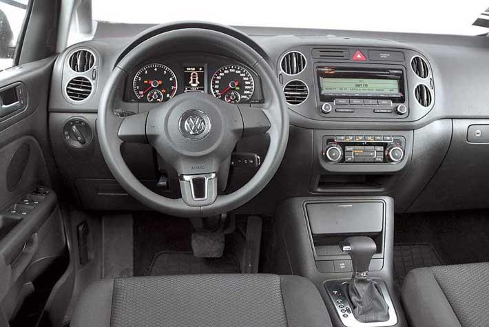 С количеством отделений для мелкой поклажи в салоне Volkswagen поскромнее, чем уконкурента. Дизайн довольно сдержанный, но не так подвержен влиянию времени.