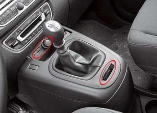 Возле рычага КП расположены слот ключа-карты и разъемы аудиосистемы для подключения «флешки».