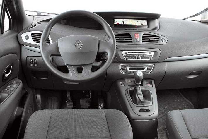 Оформление салона Renault более выразительно. Кнопки управления аудиосистемой сосредоточены не на спицах руля, ана подрулевом блоке.