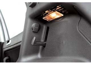 В багажнике VW есть дополнительный разъем 12В и крюк для сумки.