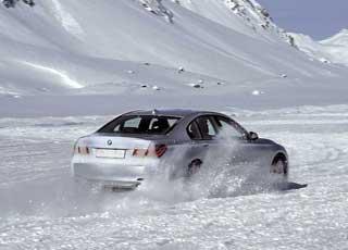 Поведение BMW 750i самое степенное. Ему по силам дрифт, но понятно, что его стихия– покорение автобанов.