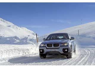 Крупные BMW X5 и X6 (на фото) демонстрировали свою проходимость на горных склонах.