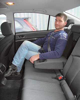 Дверные проемы заметно увеличились, а внутри машины ощутимо просторнее. Сам засобой я могу сидеть, закинув ногу на ногу.