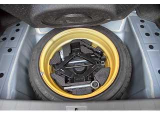 Багажник вырос на 53 литра. Дабы увеличить жесткость кузова, задние сиденья нескладываются. Под полом – «докатка».