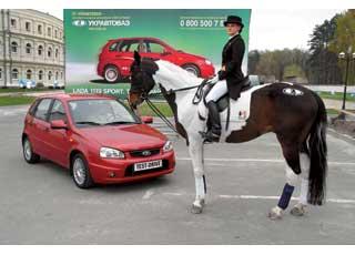 Презентация «заряженной» Lada Kalina Sport происходила в конном клубе, на фоне показательных выступлений на лошадях с «татуировками» логотипа Lada.