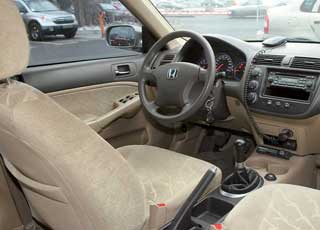 Претензий к обзорности вперед у Civic нет, но при движении задним ходом ее ограничивает высокая «корма». Учитывая активный темперамент модели, версий с «механикой» много.
