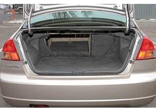 Багажники у этих моделей почти одинаковые. Чуть больше его объем у Civic–  450 л против 437 л у Corolla, а грузоподъемность, наоборот, у Toyota – 540 кг против 485 у Honda.