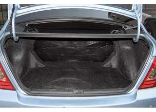 При перевозке объемных грузов  багажники обоих автомобилей можно увеличить, сложив задние сиденья.